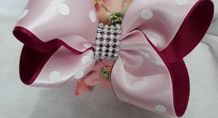 Lindos laços no bico de pato, na tiara e faixinha slim