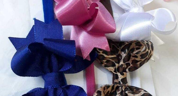 Lindos laços na faixinha larga e slim de meia de seda.